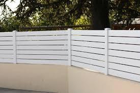 Montage de lames occultantes en PVC sur une clôture ajourée